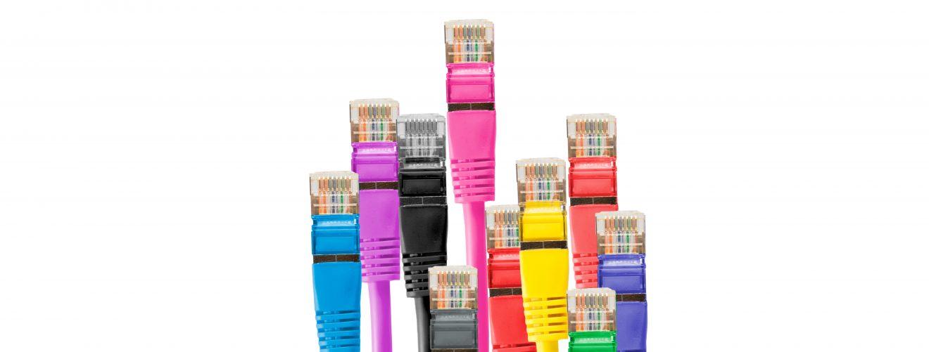 värikkäitä verkkokaapeleita