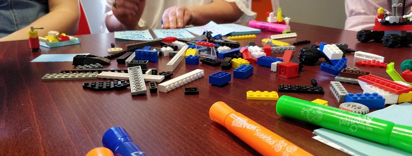 Työpajassa tusseja ja lego-palikoita