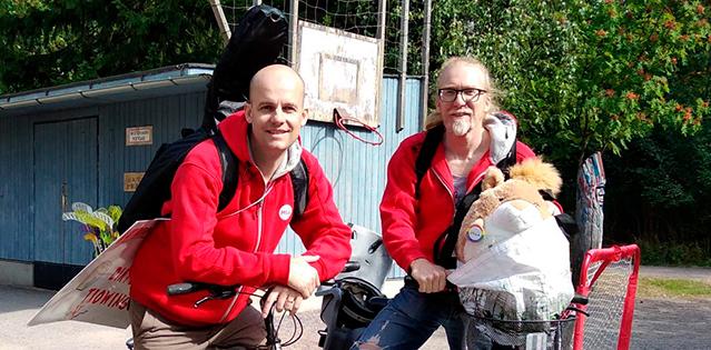 MLL isäkaveritoiminnan Sven ja Petri nojailevat polkupyöriin.